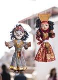 垂悬待售的传统木偶地方工艺和纪念品  库存图片