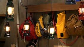 垂悬沿墙壁的色的旅游背包根据减速火箭的样式灯笼 股票录像