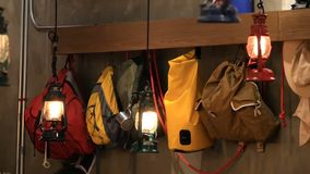 垂悬沿墙壁的色的旅游背包根据减速火箭的样式灯笼 影视素材