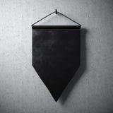 垂悬混凝土墙的空白的黑信号旗 准备对于您的企业信息 高详细的纹理材料 抽象backgroun 图库摄影