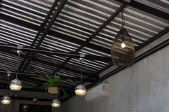 垂悬现代的灯在天花板 图库摄影