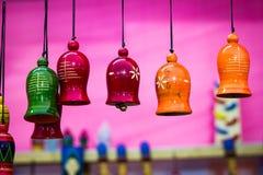 垂悬由串的五颜六色的木响铃 hornsection仪器音乐零件萨克斯管 库存图片
