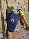 垂悬由绳索的五颜六色的攀岩设备 图库摄影