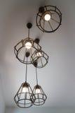 垂悬电灯泡的葡萄酒在灰色室 免版税图库摄影