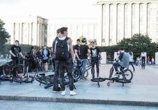 垂悬的人们,骑自行车的人帮会住处 停留在冰鞋地方的年轻男孩 俄国 圣彼德堡 夏天2017年 库存照片