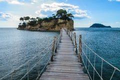 垂悬的人行桥在Laganas到有浮雕的贝壳海岛, Zante,希腊 免版税图库摄影