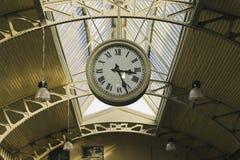 垂悬的公开时钟 免版税库存图片