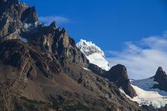 垂悬的冰川,偷看在森林,在其中一座法国谷的山顶部在托里斯台尔潘恩Natio 库存图片