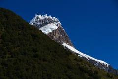 垂悬的冰川,偷看在森林,在其中一座法国谷的山顶部在托里斯台尔潘恩Natio 免版税库存图片