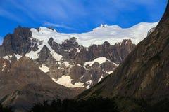 垂悬的冰川,偷看在森林,在其中一座法国谷的山顶部在托里斯台尔潘恩Natio 免版税库存照片