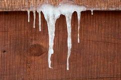 垂悬的冰柱下来 库存照片