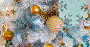 垂悬的发光的金子和五颜六色的圣诞节缠绕与闪亮金属片和 免版税库存图片