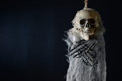 垂悬的可怕的骨骼 免版税库存图片