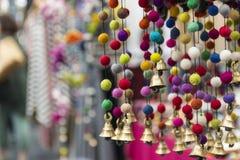 垂悬的响铃和球装饰 库存照片