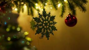 垂悬的圣诞树装饰品特写镜头  免版税库存照片