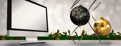 垂悬的圣诞节中看不中用的物品装饰的综合图象 免版税库存图片