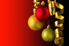 垂悬的圣诞节球红色和金子 免版税库存图片