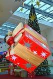 垂悬的圣诞节礼物盒商城 库存照片