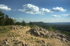 垂悬的小山看法从褴褛山,柏林,康涅狄格峭壁的  免版税库存照片