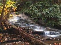 垂悬的岩石小瀑布 库存照片