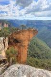 垂悬的岩石蓝山山脉NSW澳大利亚看法  库存图片