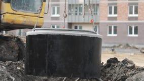 垂悬的工作者主导的方式在建筑工地的链子具体出入孔圆环 影视素材