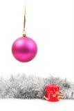 垂悬的新年的玩具和蜡烛与 免版税库存照片