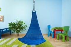 垂悬的椅子在儿童居室 库存图片