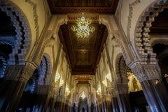 垂悬的灯在哈桑二世清真寺里面的天花板 库存照片