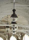 垂悬的灯笼在白色木柱廊卡罗维发利 沼泽 cesky捷克krumlov中世纪老共和国城镇视图 对称垂悬的老式路灯到底 库存图片
