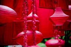 垂悬的红色亚洲灯笼和装饰 图库摄影