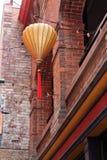 垂悬的纸灯和红灯串在唐人街 免版税库存图片