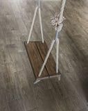 垂悬的老木摇摆 免版税库存照片