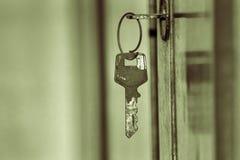 垂悬的老钥匙 库存图片