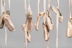 垂悬的芭蕾舞鞋 库存图片