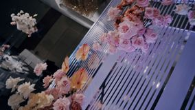 垂悬的花束-一部分的婚姻的装饰 起重机射击了与自转 股票录像