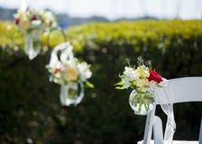垂悬的花花束在婚礼的 免版税库存图片