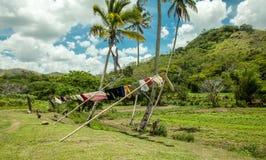 垂悬的衣裳在热带 免版税库存照片