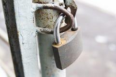 垂悬的金属挂锁 免版税图库摄影