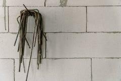 垂悬的钢建筑在饰面墙壁上 免版税库存图片
