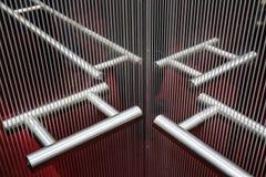 垂悬的镜子内部维度的反射在电梯的 免版税库存图片