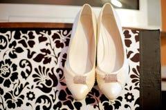 垂悬的鞋子 免版税库存照片