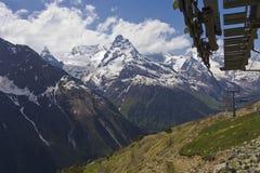 垂悬的驾空滑车在Dombai 2008 4月3280日上生高加索北部峰顶土坎岩石俄国 免版税库存图片