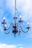 垂悬的水晶枝形吊灯 免版税库存图片
