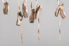 垂悬的pointe鞋子 库存图片