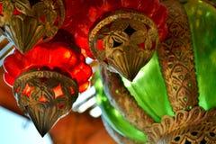 垂悬红色,绿色和银色五颜六色的玻璃灯笼 库存照片