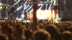 垂悬跳跃和唱歌对喜爱的节目播音员音乐的热心人群  股票录像