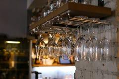 垂悬颠倒在咖啡馆餐馆酒的玻璃 免版税库存图片
