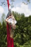 垂悬颠倒从织品的女孩 免版税库存照片