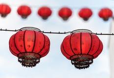 垂悬,与在他们后的白色天空的中国灯笼 免版税库存照片